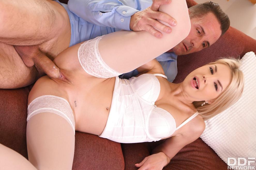 [HandsOnHardcore.com / DDFNetwork.com] Olivia Sin - Blonde Babe in a Box [19.04.2019 г., All Sex, Blowjob, Facial, 360p]